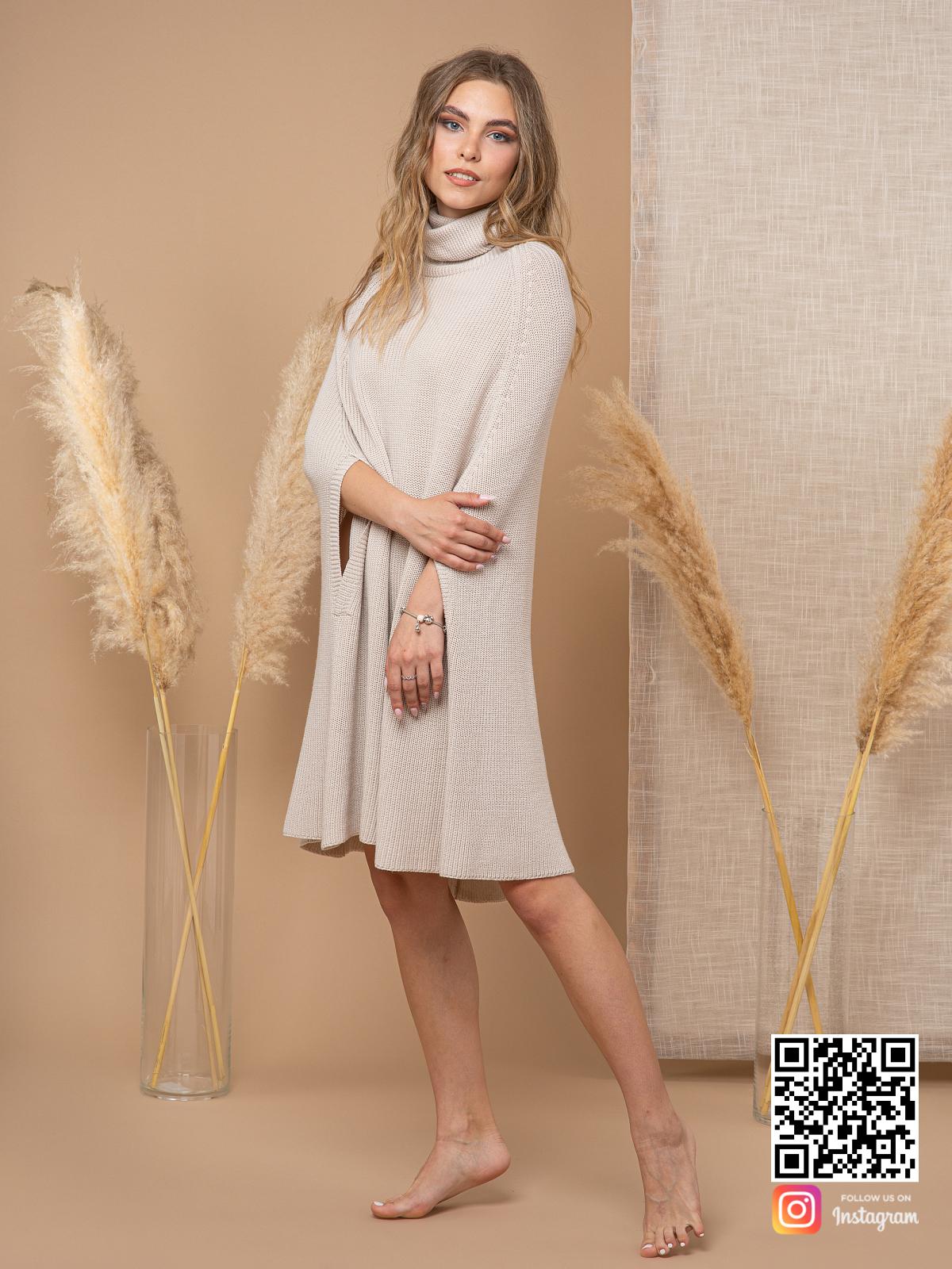 На пятой фотографии модное светло-серое пончо для женщин от Shapar, бренда вязаной одежды ручной работы в интернет-магазине связанных спицами вещей.