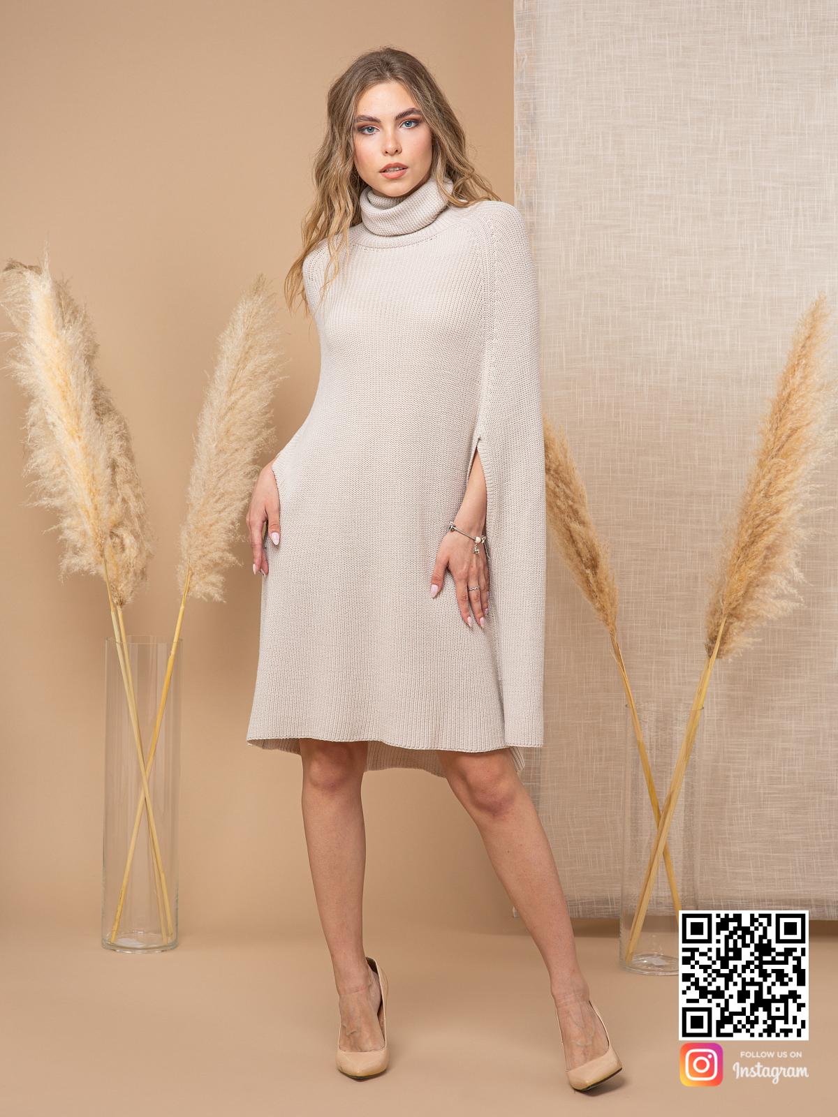 На третьей фотографии пончо для женщин светло-серого цвета от Shapar, бренда вязаной одежды ручной работы в интернет-магазине связанных спицами вещей.
