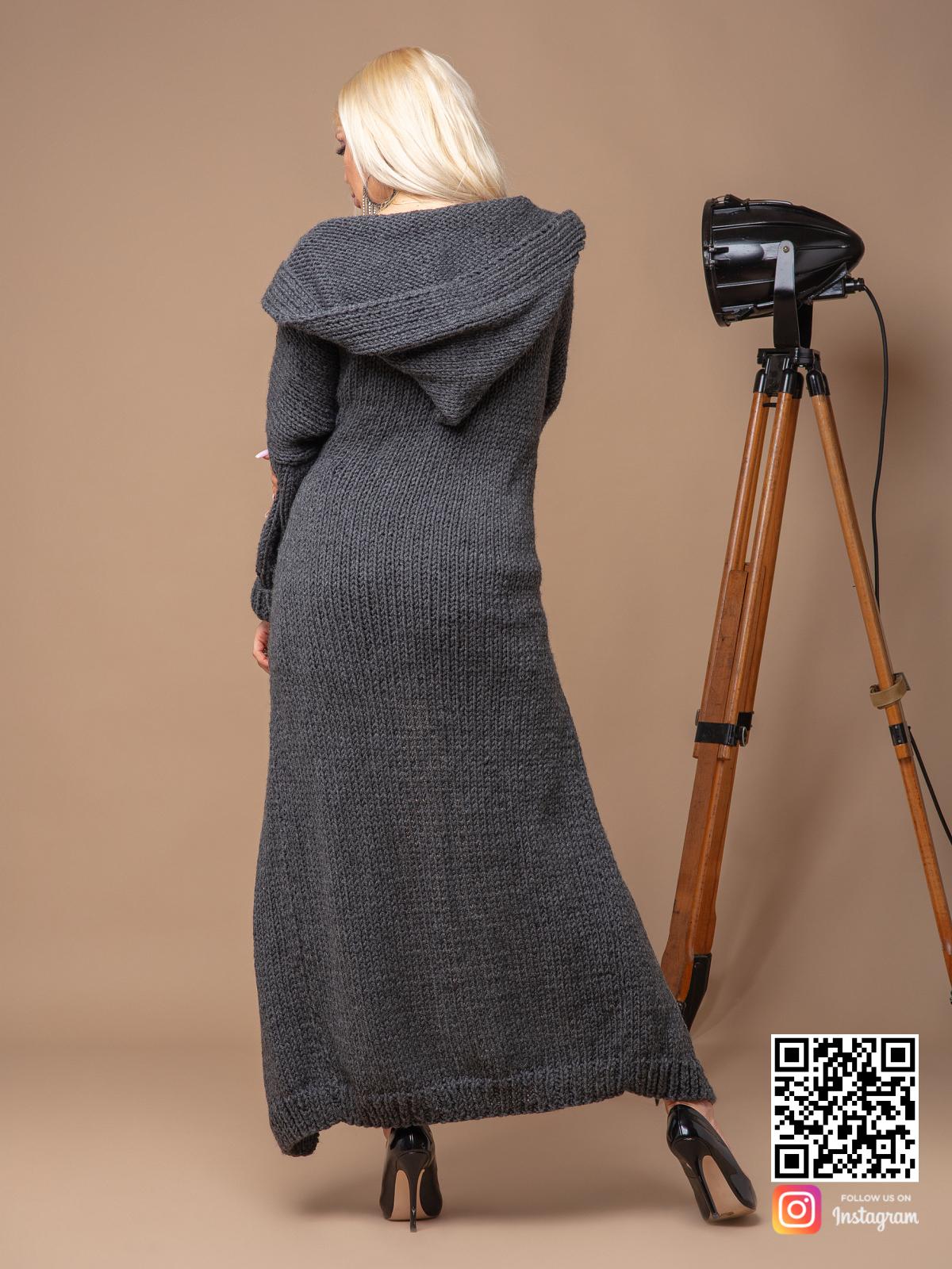 На второй фотографии серый кардиган для женщин со спины от Shapar, бренда вязаной одежды ручной работы в интернет-магазине связанных спицами вещей.