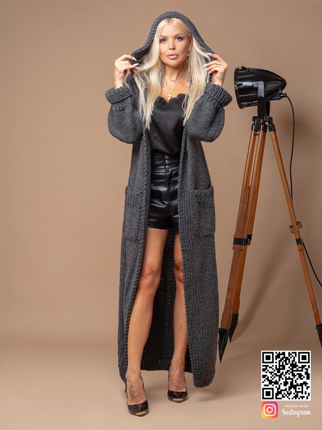 На фотографии серый кардиган для женщин от Shapar, бренда вязаной одежды ручной работы в интернет-магазине связанных спицами вещей.