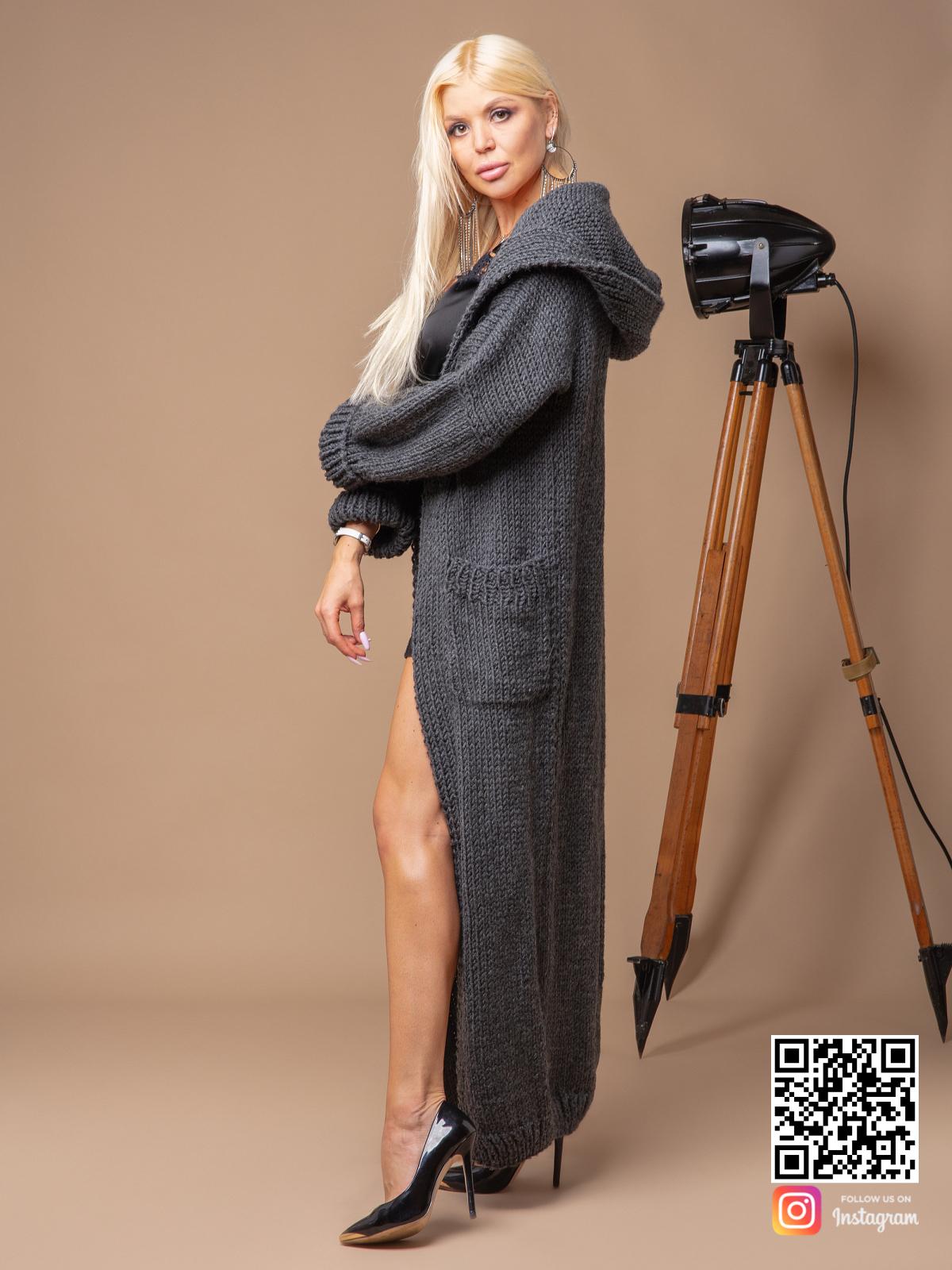 На пятой фотографии модный серый кардиган для женщин от Shapar, бренда вязаной одежды ручной работы в интернет-магазине связанных спицами вещей.