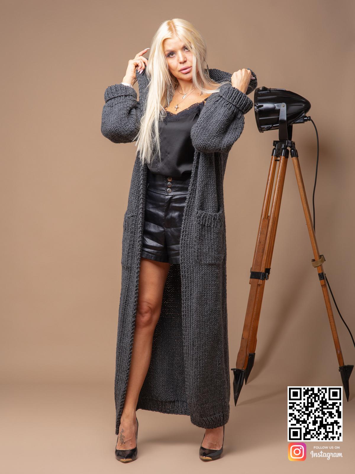 На четвертой фотографии кардиган для женщин серого цвета от Shapar, бренда вязаной одежды ручной работы в интернет-магазине связанных спицами вещей.