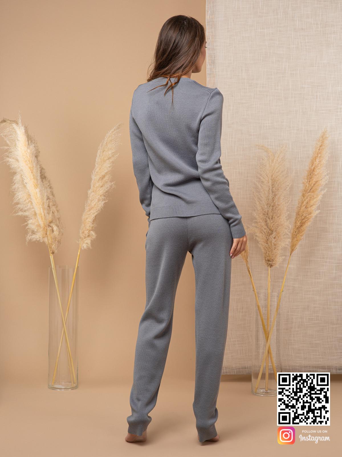 На пятой фотографии серый спортивный костюм женский на каждый день от Shapar, бренда вязаной одежды ручной работы в интернет-магазине связанных спицами вещей.
