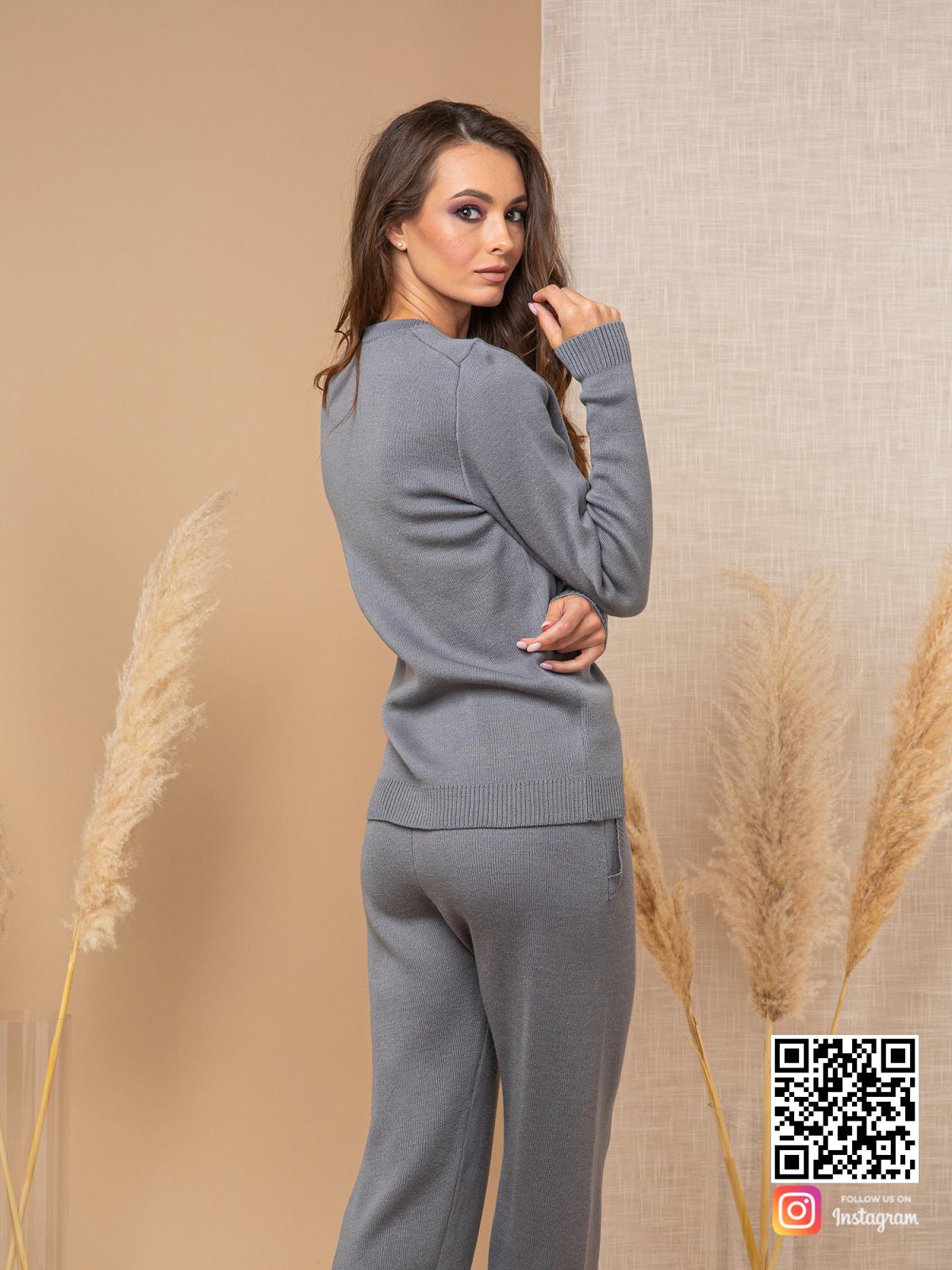 На второй фотографии трикотажный серый спортивный костюм женский от Shapar, бренда вязаной одежды ручной работы в интернет-магазине связанных спицами вещей.