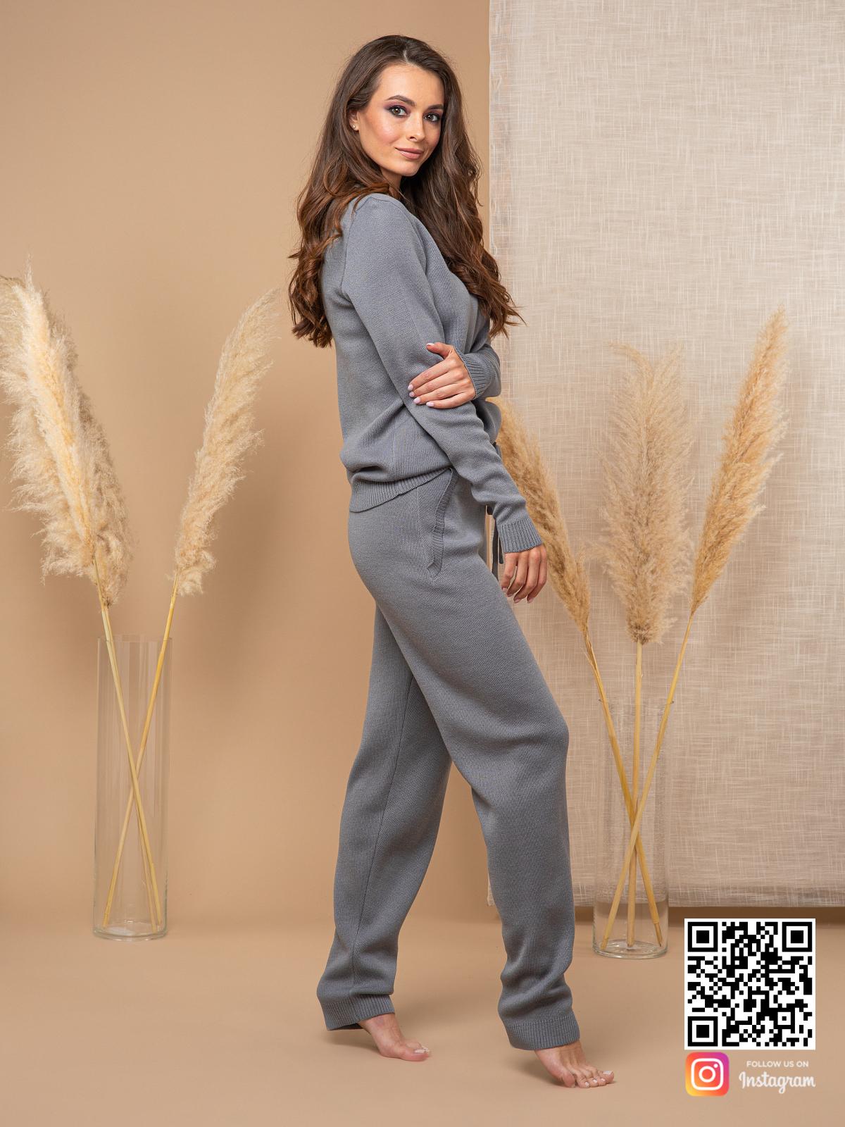 На третьей фотографии спортивный костюм женский серого цвета с брюками от Shapar, бренда вязаной одежды ручной работы в интернет-магазине связанных спицами вещей.