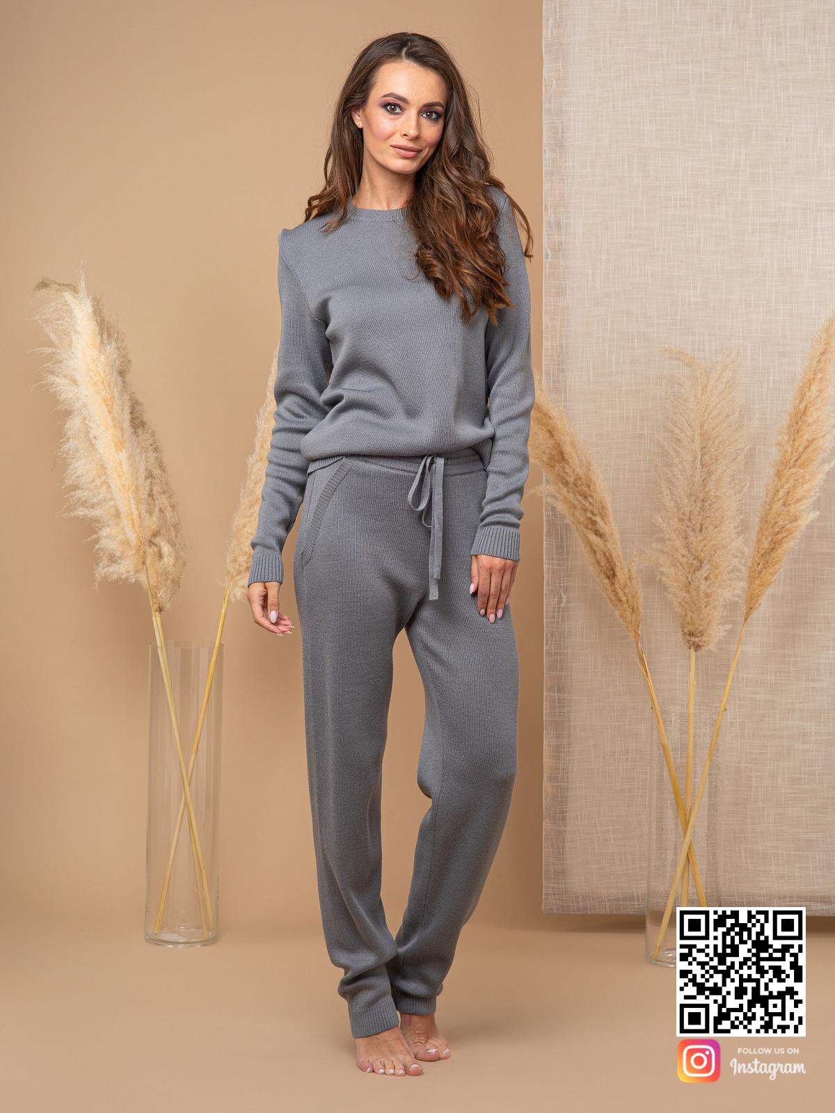 На фотографии серый спортивный костюм женский от Shapar, бренда вязаной одежды ручной работы в интернет-магазине связанных спицами вещей.