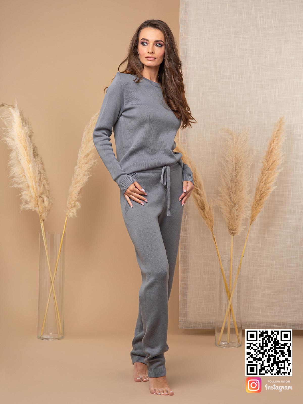 На четвертой фотографии серый спортивный костюм для девушек и женщин от Shapar, бренда вязаной одежды ручной работы в интернет-магазине связанных спицами вещей.