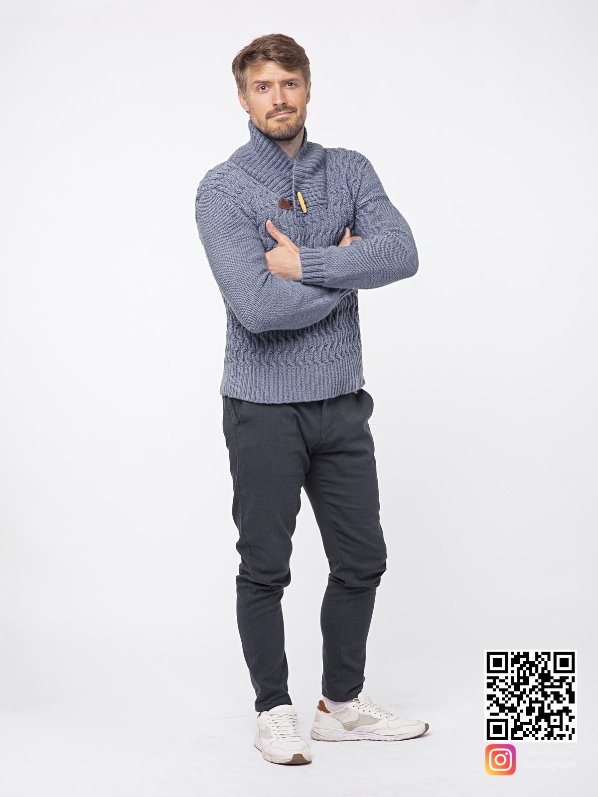На четвертой фотографии серый вязаный свитер мужской с воротником от Shapar, бренда связанной одежды ручной работы в интернет-магазине вещей.