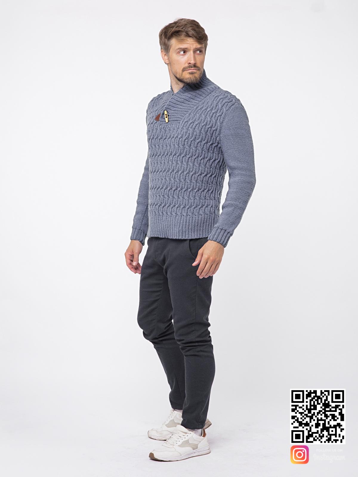 На третьей фотографии серый вязаный свитер мужской в косах от Shapar, бренда связанной одежды ручной работы в интернет-магазине вещей.
