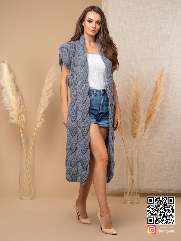 На фотографии серый женский жилет от Shapar, бренда вязаной одежды ручной работы в интернет-магазине связанных спицами вещей.