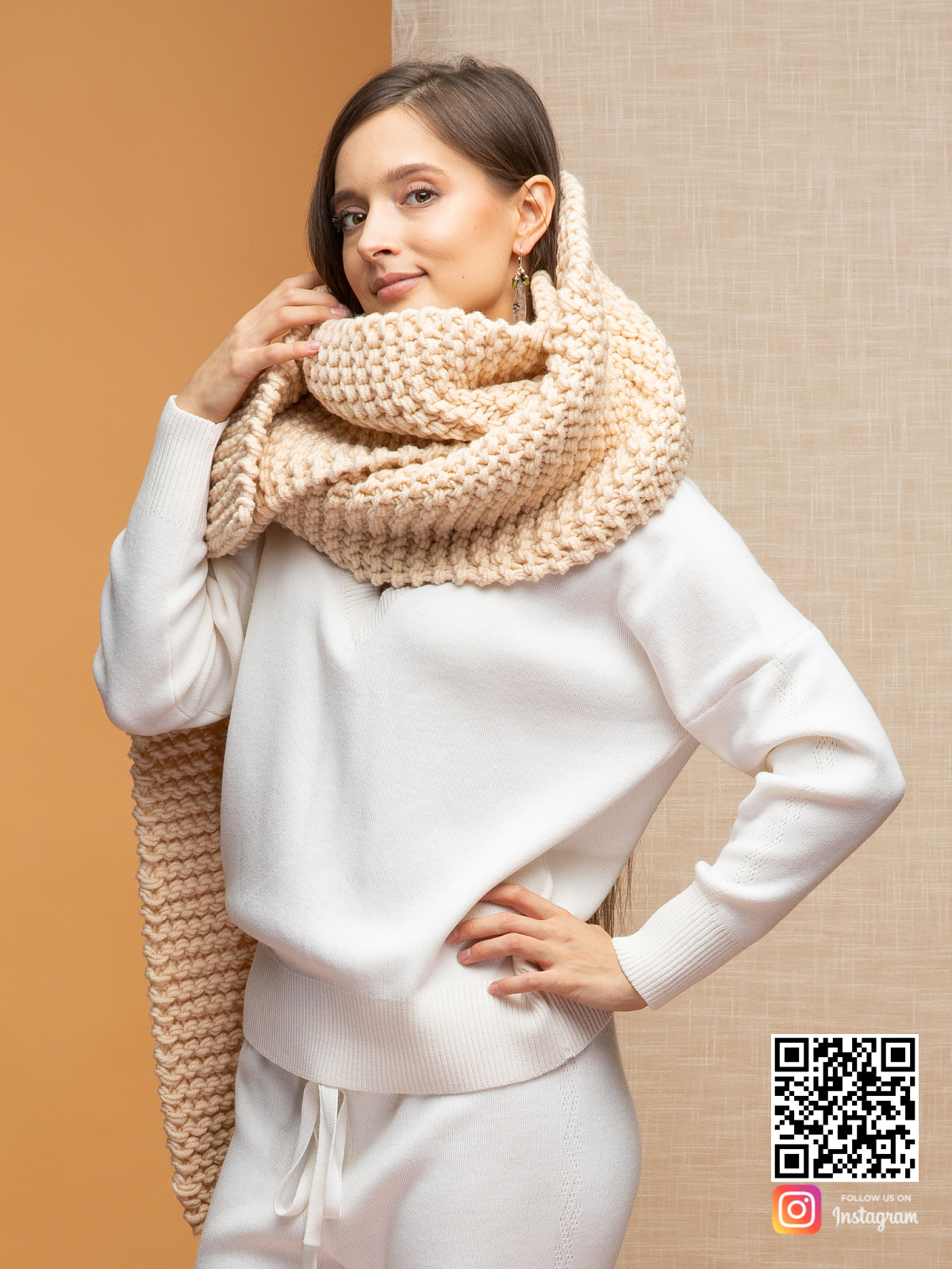 На второй фотографии женский шарф бежевого цвета от Shapar, бренда вязаной одежды ручной работы в интернет-магазине связанных спицами вещей.