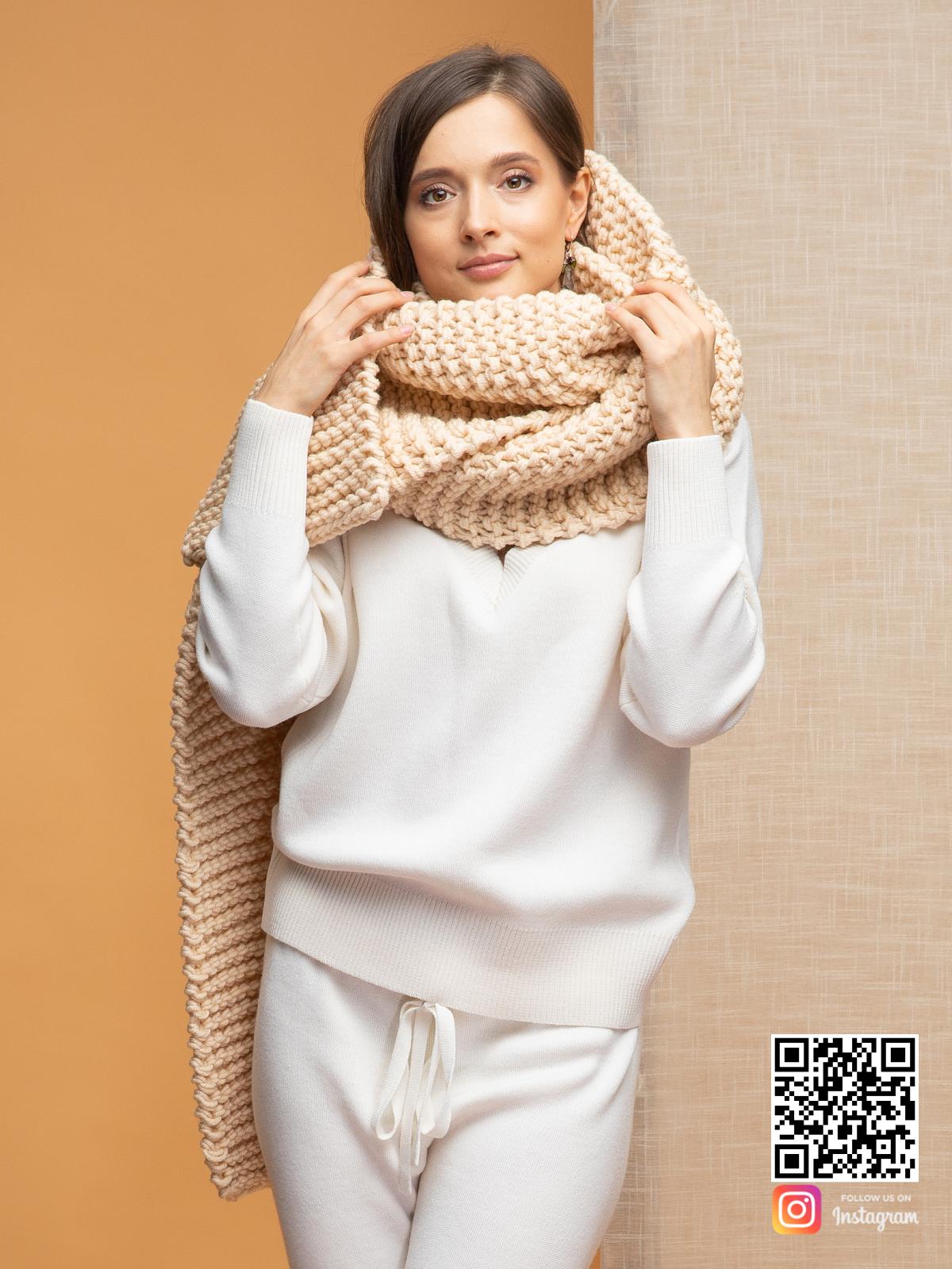 На пятой фотографии модный шарф бежевого цвета для девушек и женщин от Shapar, бренда вязаной одежды ручной работы в интернет-магазине связанных спицами вещей.