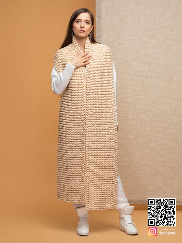 На фотографии объемный женский шарф бежевого цвета от Shapar, бренда вязаной одежды ручной работы в интернет-магазине связанных спицами вещей.