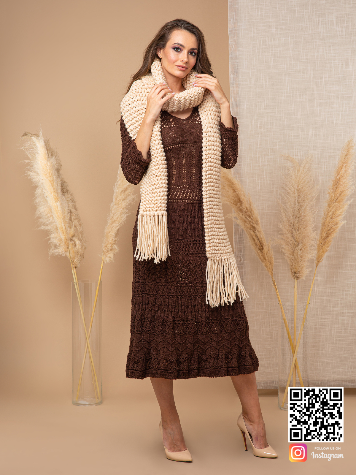 На шестой фотографии шарф спицами женский бежевого цвета от Shapar, бренда вязаной одежды ручной работы в интернет-магазине связанных спицами вещей.