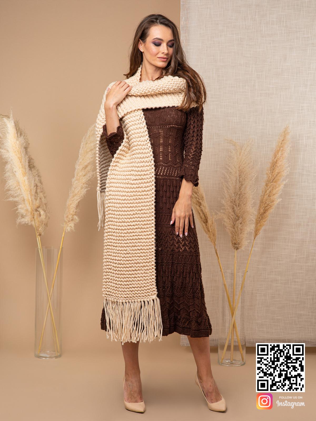 На второй фотографии шарф спицами женский с бахромой от Shapar, бренда вязаной одежды ручной работы в интернет-магазине связанных спицами вещей.