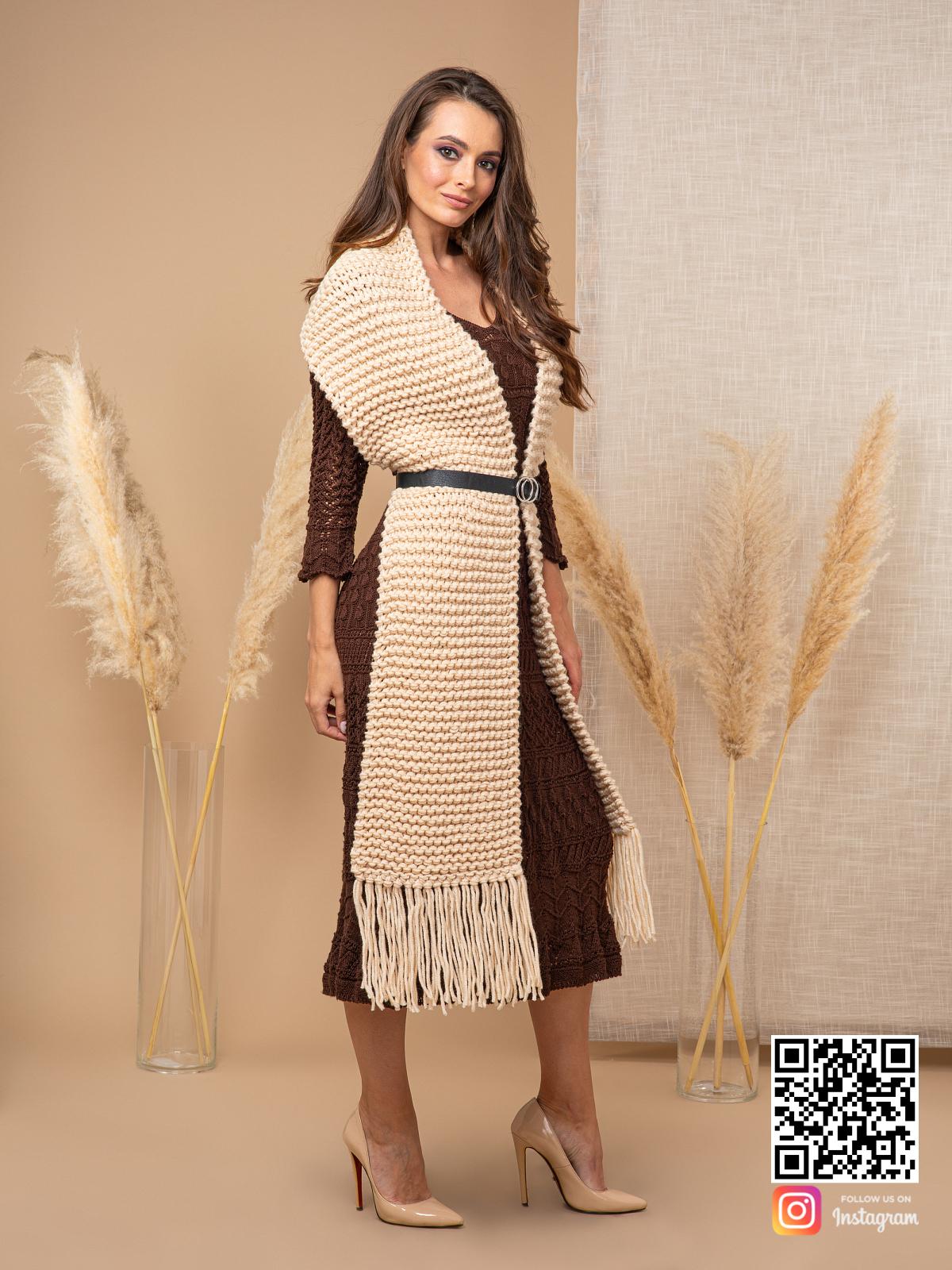 На третьей фотографии широкий шарф спицами женский от Shapar, бренда вязаной одежды ручной работы в интернет-магазине связанных спицами вещей.