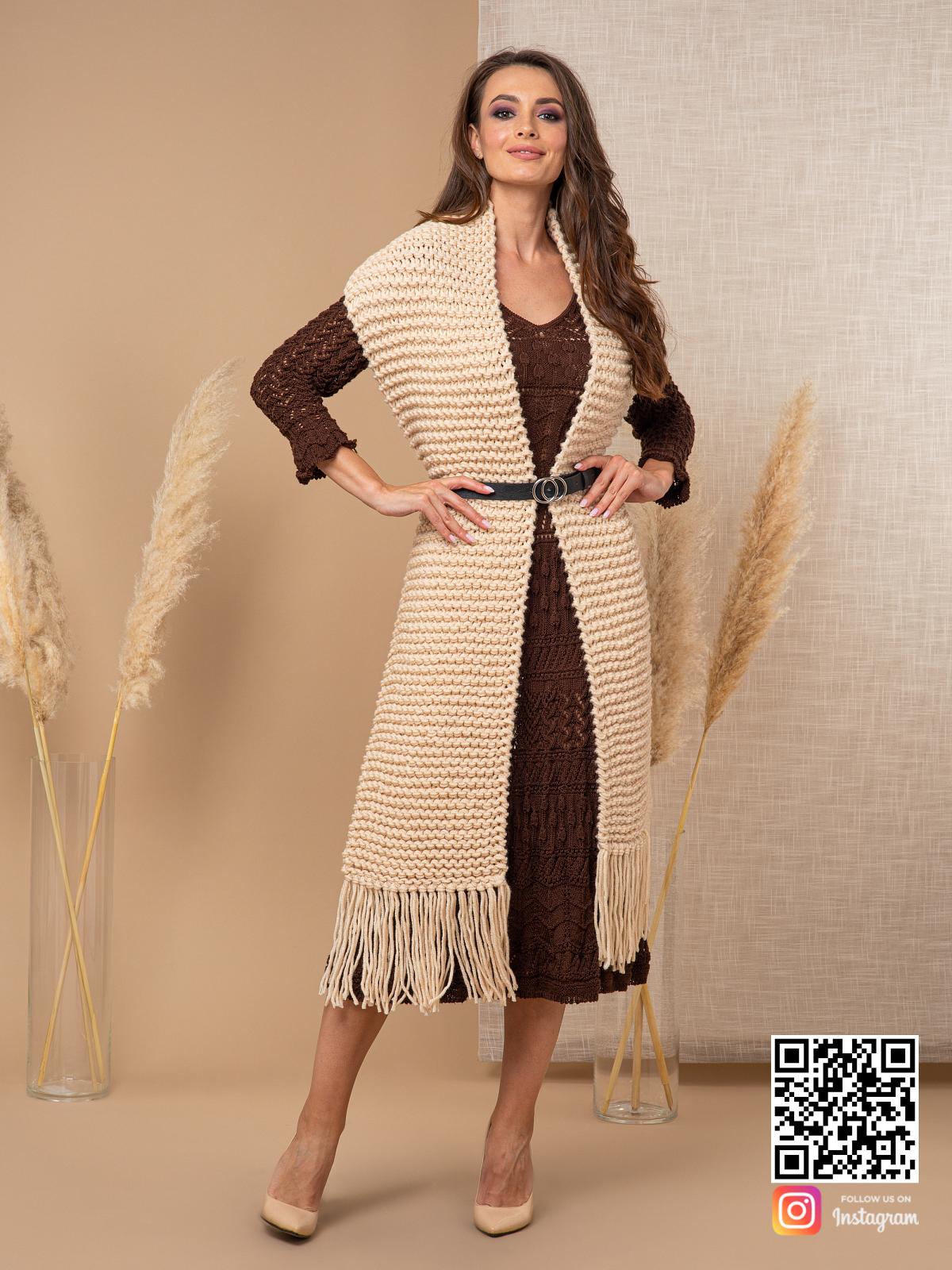 На пятой фотографии бежевый шарф спицами женский от Shapar, бренда вязаной одежды ручной работы в интернет-магазине связанных спицами вещей.