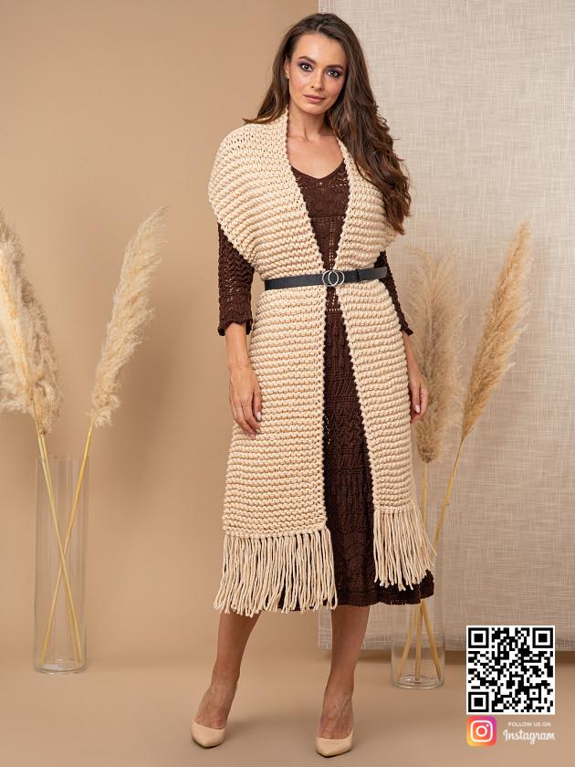 На фотографии шарф спицами женский от Shapar, бренда вязаной одежды ручной работы в интернет-магазине связанных спицами вещей.