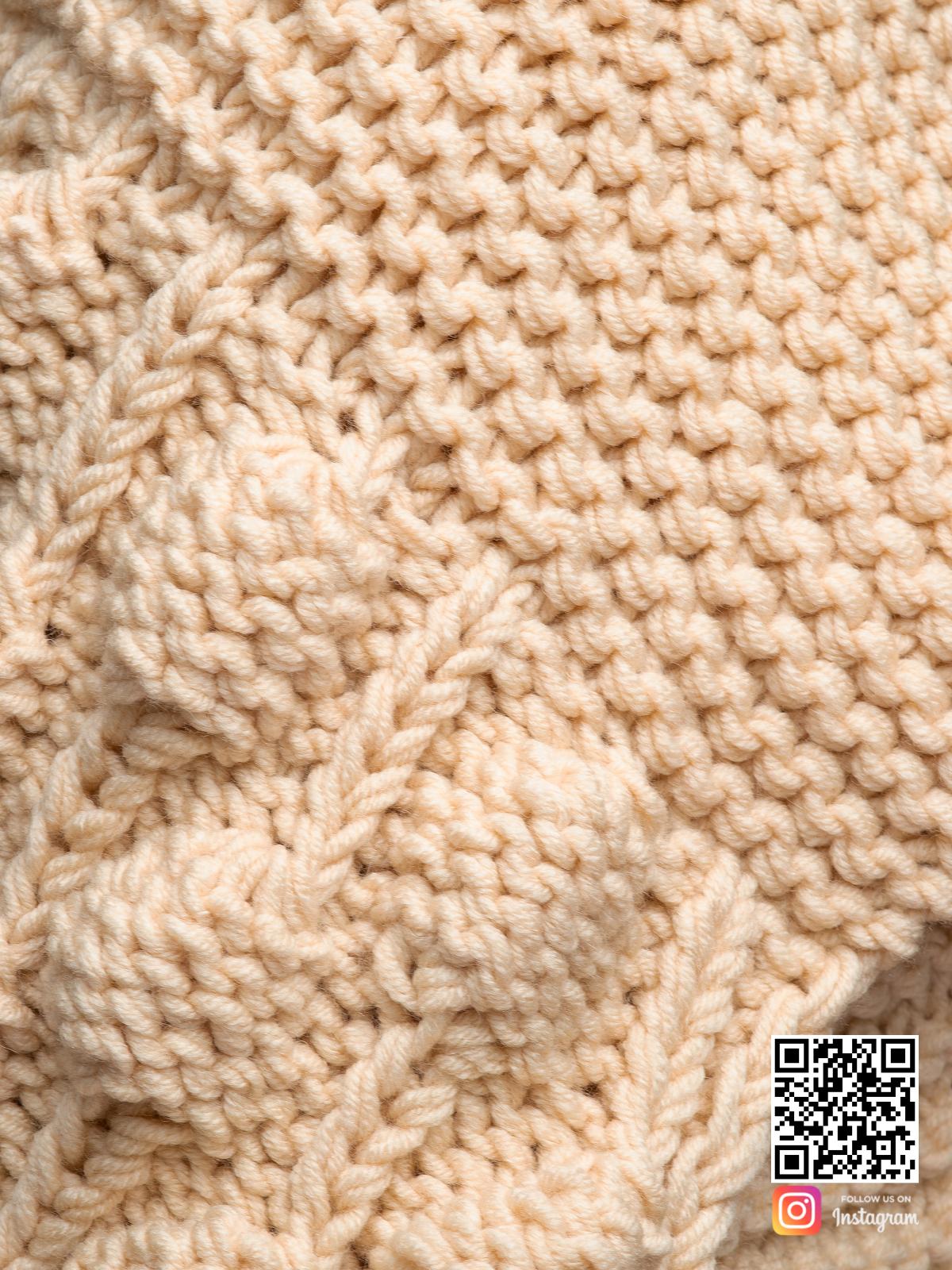 На шестой фотографии шарф женский бежевый крупным планом от Shapar, бренда вязаной одежды ручной работы в интернет-магазине связанных спицами вещей.