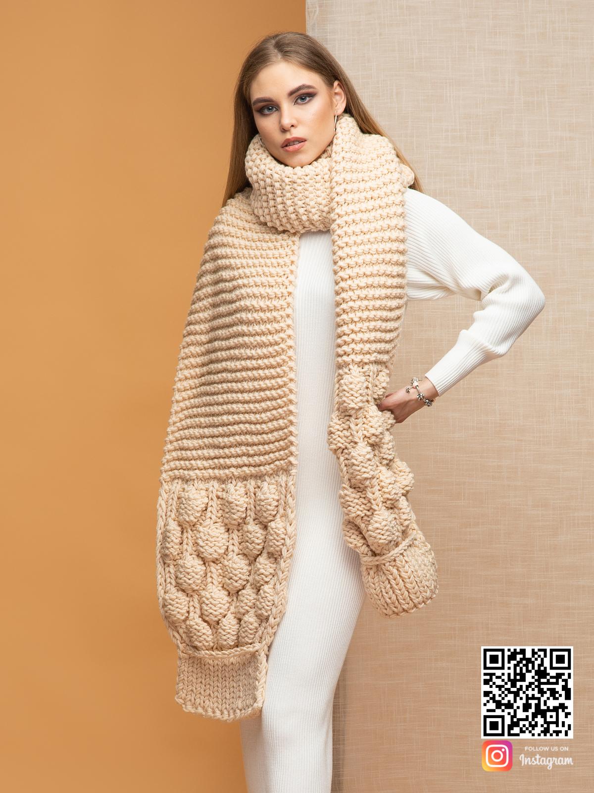 На фотографии шарф женский бежевый от Shapar, бренда вязаной одежды ручной работы в интернет-магазине связанных спицами вещей.