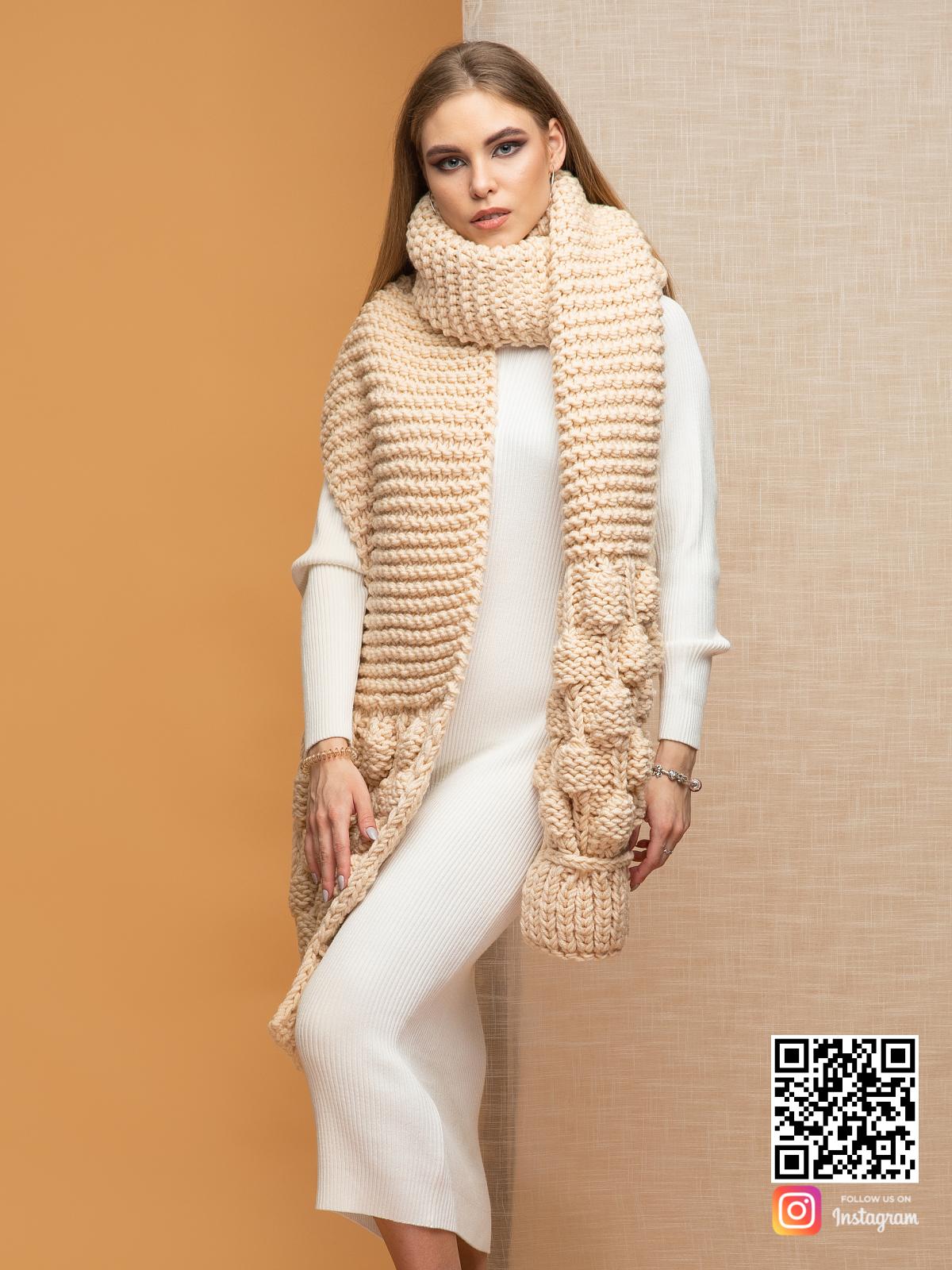 На пятой фотографии модный и уютный шарф женский бежевый от Shapar, бренда вязаной одежды ручной работы в интернет-магазине связанных спицами вещей.
