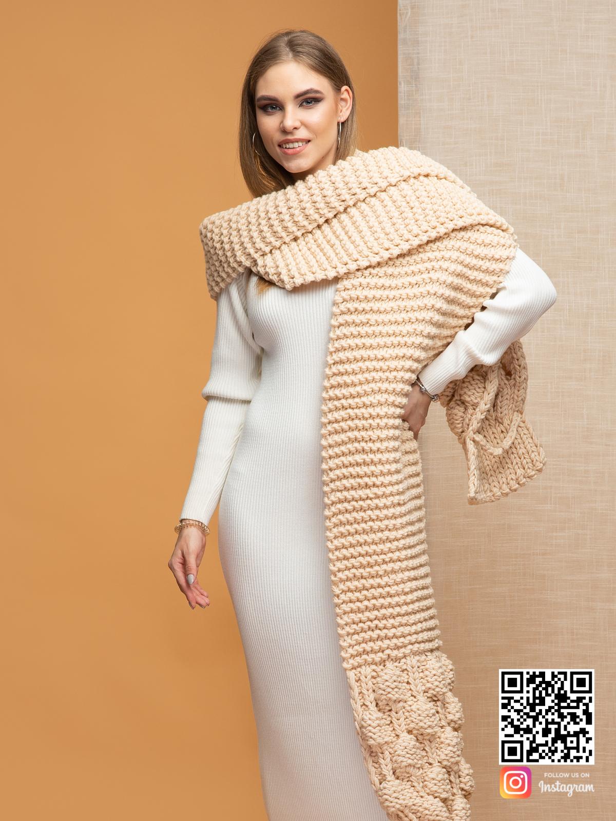 На третьей фотографии женский бежевый шарф крупной вязки от Shapar, бренда вязаной одежды ручной работы в интернет-магазине связанных спицами вещей.