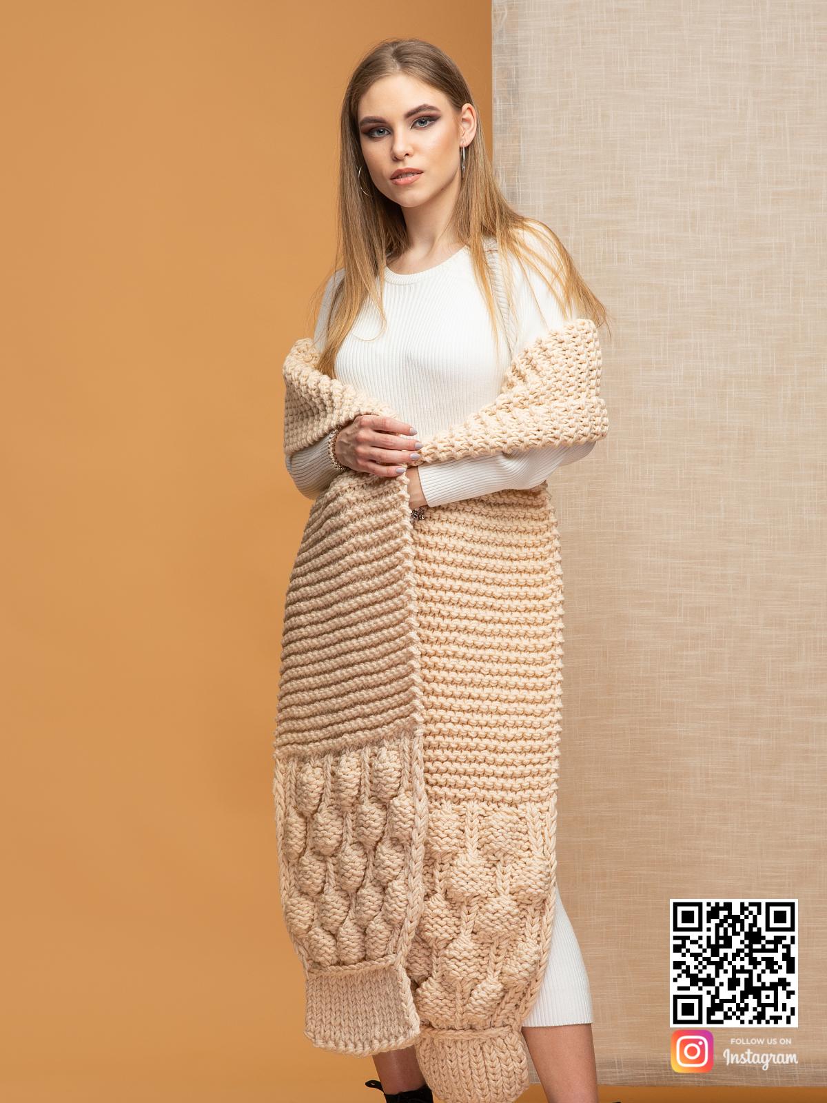 На четвертой фотографии объемный шарф женский бежевый от Shapar, бренда вязаной одежды ручной работы в интернет-магазине связанных спицами вещей.