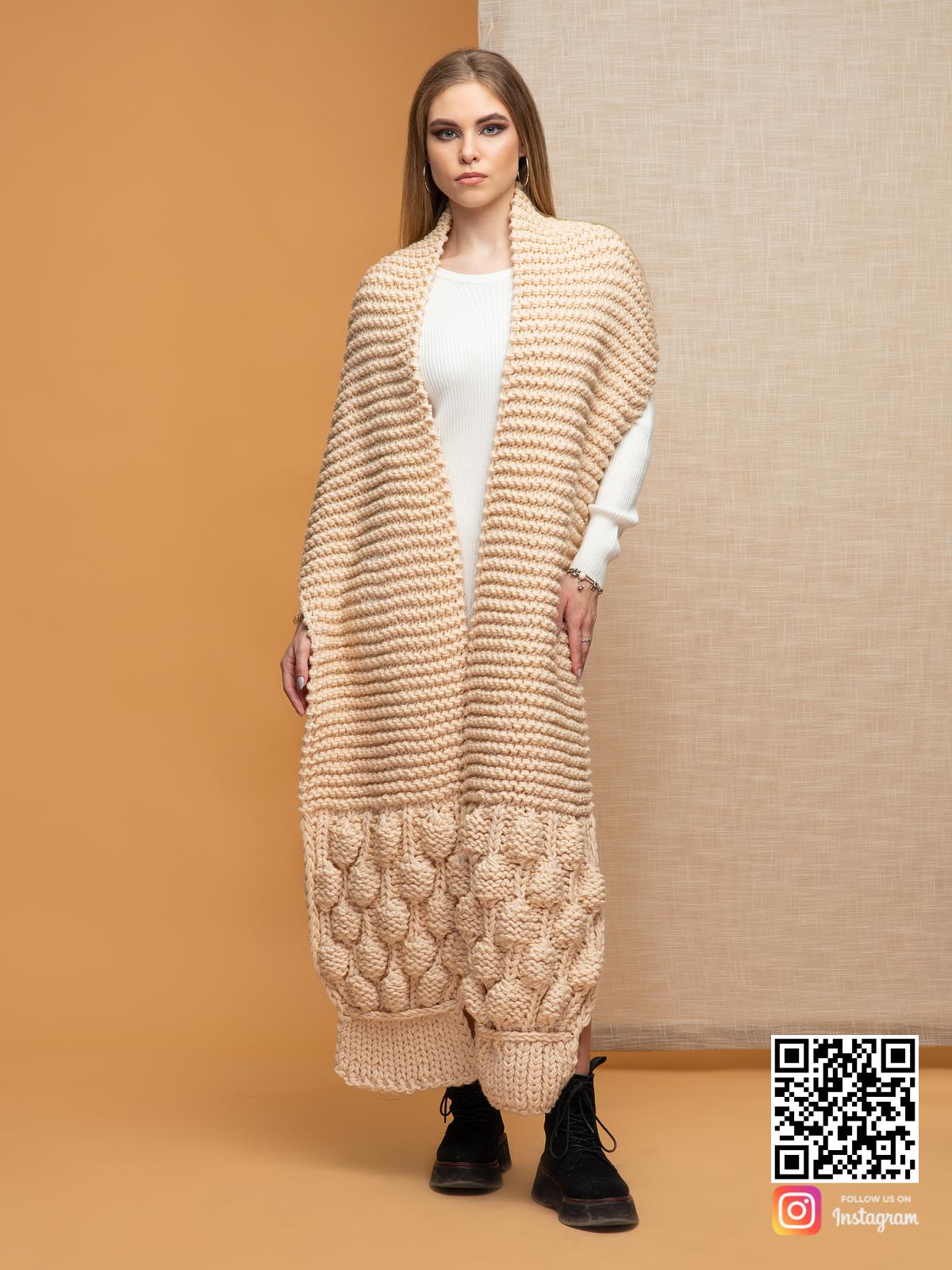 На второй фотографии шарф женский бежевый с вязаным узором от Shapar, бренда одежды ручной работы в интернет-магазине связанных спицами вещей.