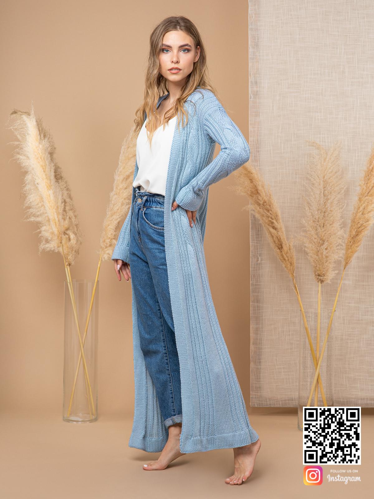 На третьей фотографии женский шелковый кардиган с косами от Shapar, бренда вязаной одежды ручной работы в интернет-магазине связанных спицами вещей.