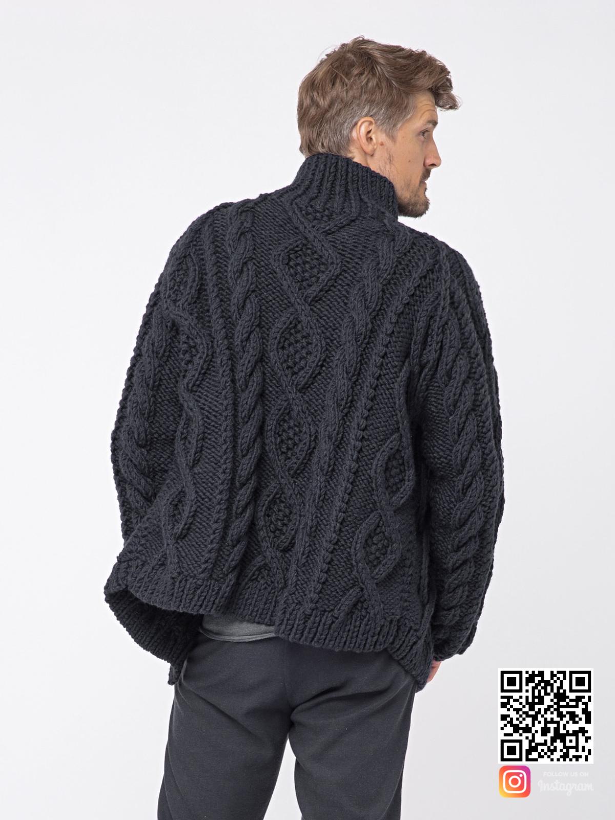 На второй фотографии шерстяной кардиган мужской со спины от Shapar, бренда вязаной одежды ручной работы в интернет-магазине связанных спицами вещей.