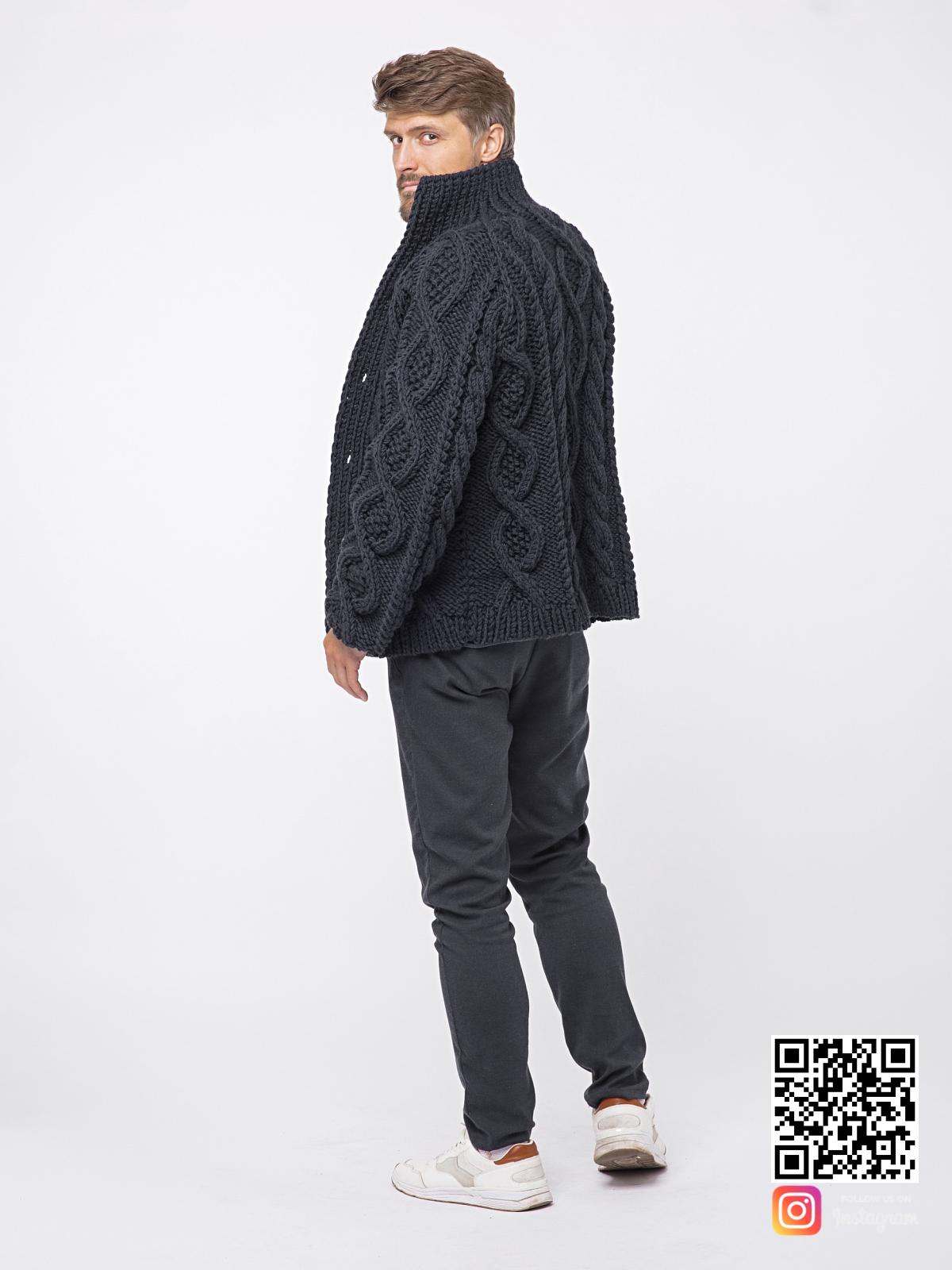 На четвертой фотографии шерстяной кардиган мужской крупной вязки от Shapar, бренда вязаной одежды ручной работы в интернет-магазине связанных спицами вещей.