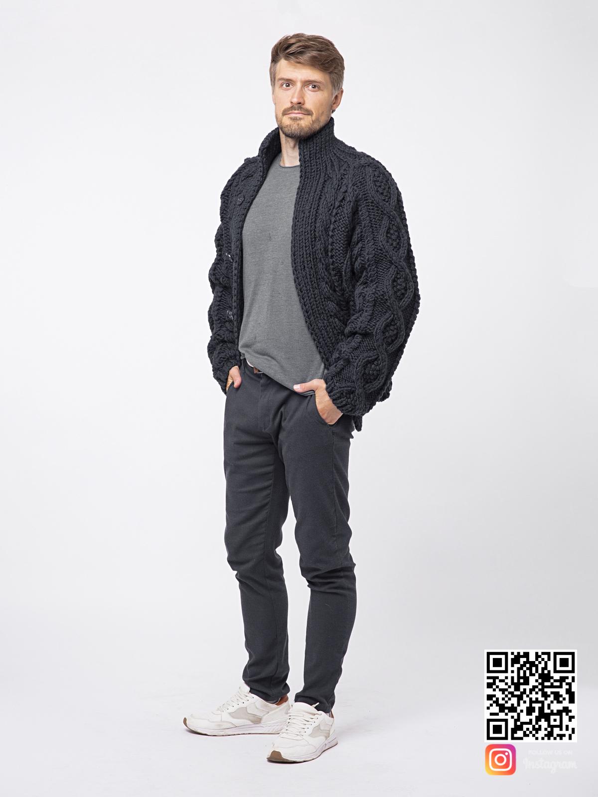 На пятой фотографии модный шерстяной кардиган мужской оверсайз от Shapar, бренда вязаной одежды ручной работы в интернет-магазине связанных спицами вещей.