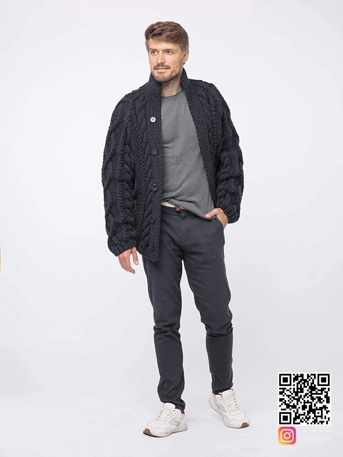 На шестой фотографии теплый шерстяной кардиган мужской от Shapar, бренда вязаной одежды ручной работы в интернет-магазине связанных спицами вещей.