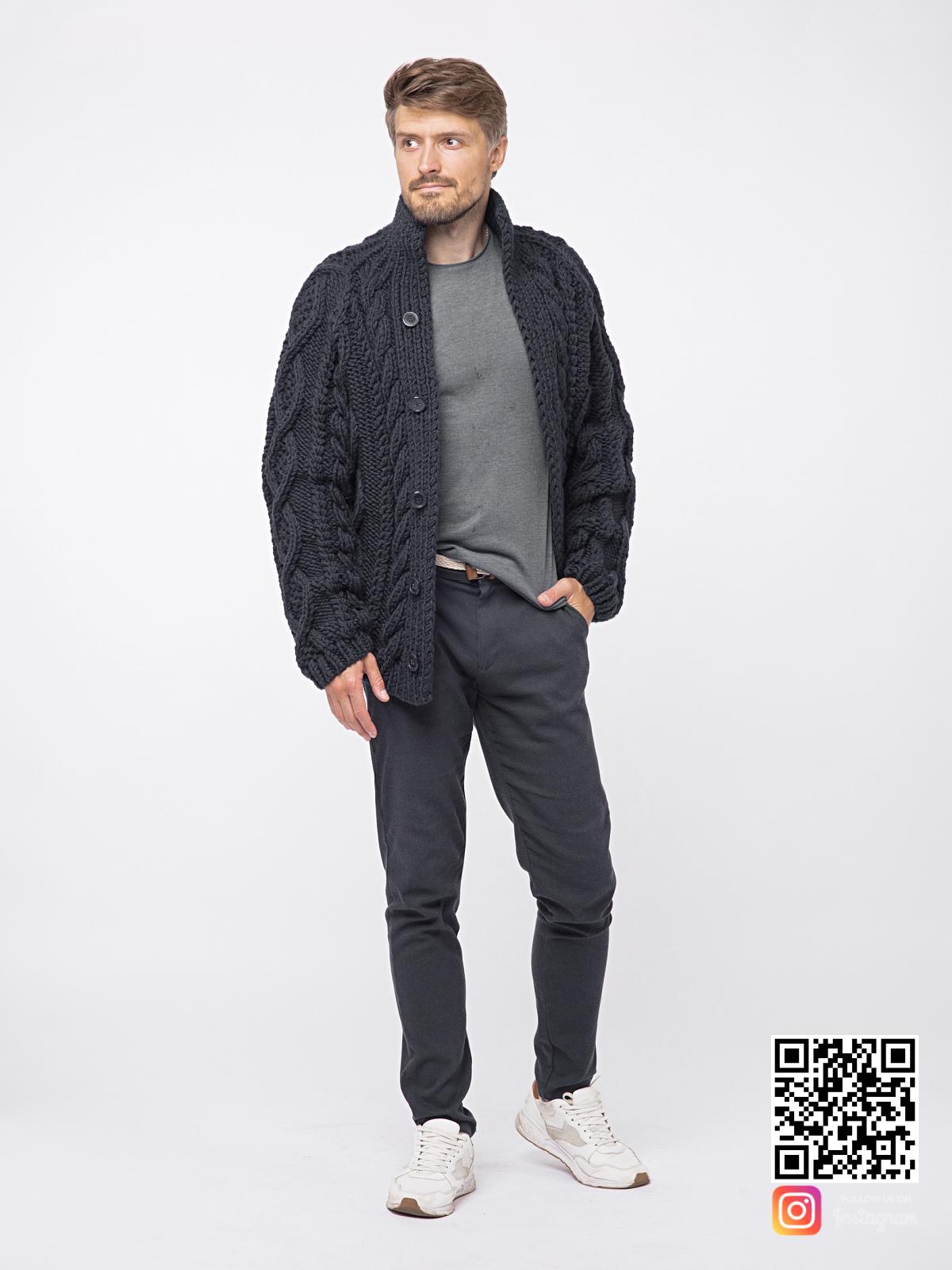 На третьей фотографии шерстяной кардиган мужской в косах от Shapar, бренда вязаной одежды ручной работы в интернет-магазине связанных спицами вещей.