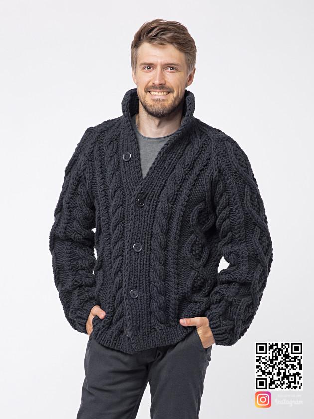 На фотографии шерстяной кардиган мужской от Shapar, бренда вязаной одежды ручной работы в интернет-магазине связанных спицами вещей.