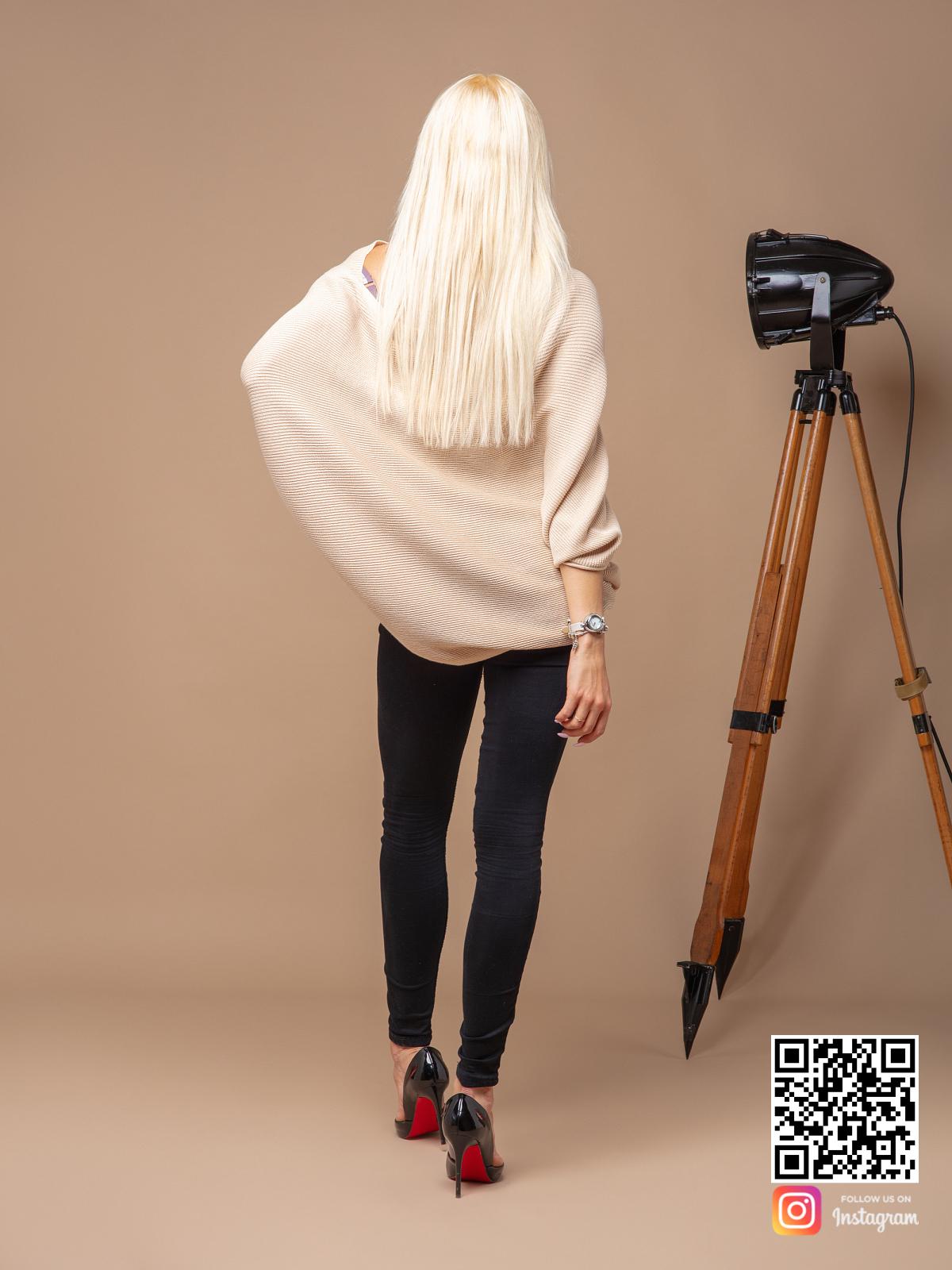 На второй фотографии женский широкий свитер со спины от Shapar, бренда вязаной одежды ручной работы в интернет-магазине связанных спицами вещей.