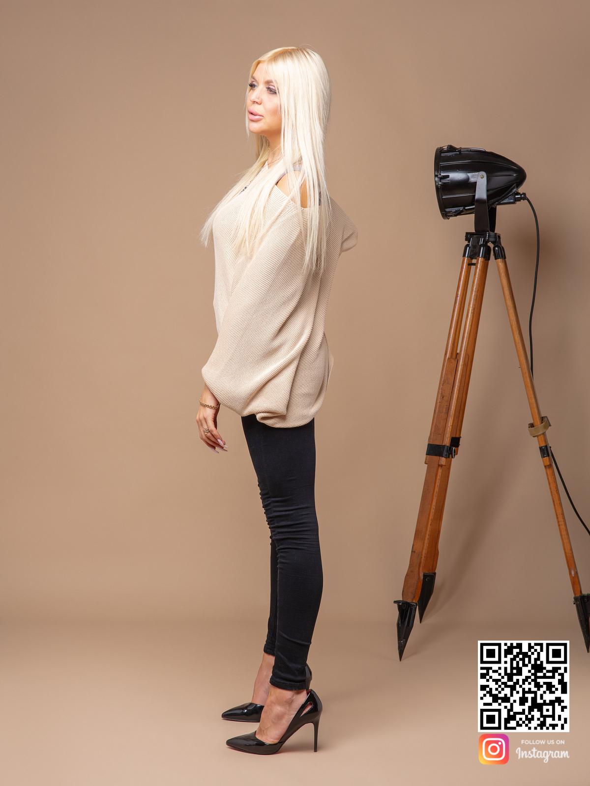 На пятой фотографии женский широкий свитер из хлопка от Shapar, бренда вязаной одежды ручной работы в интернет-магазине связанных спицами вещей.