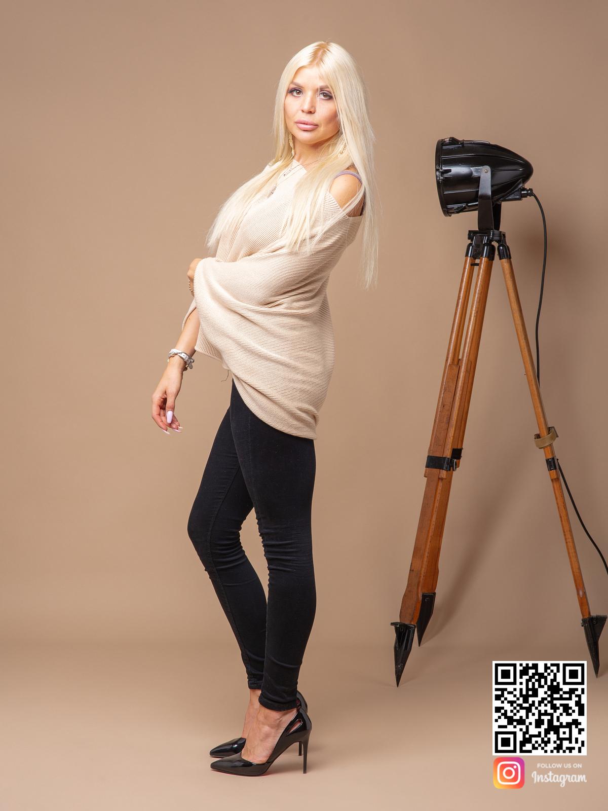 На третьей фотографии женский широкий свитер бежевого цвета от Shapar, бренда вязаной одежды ручной работы в интернет-магазине связанных спицами вещей.