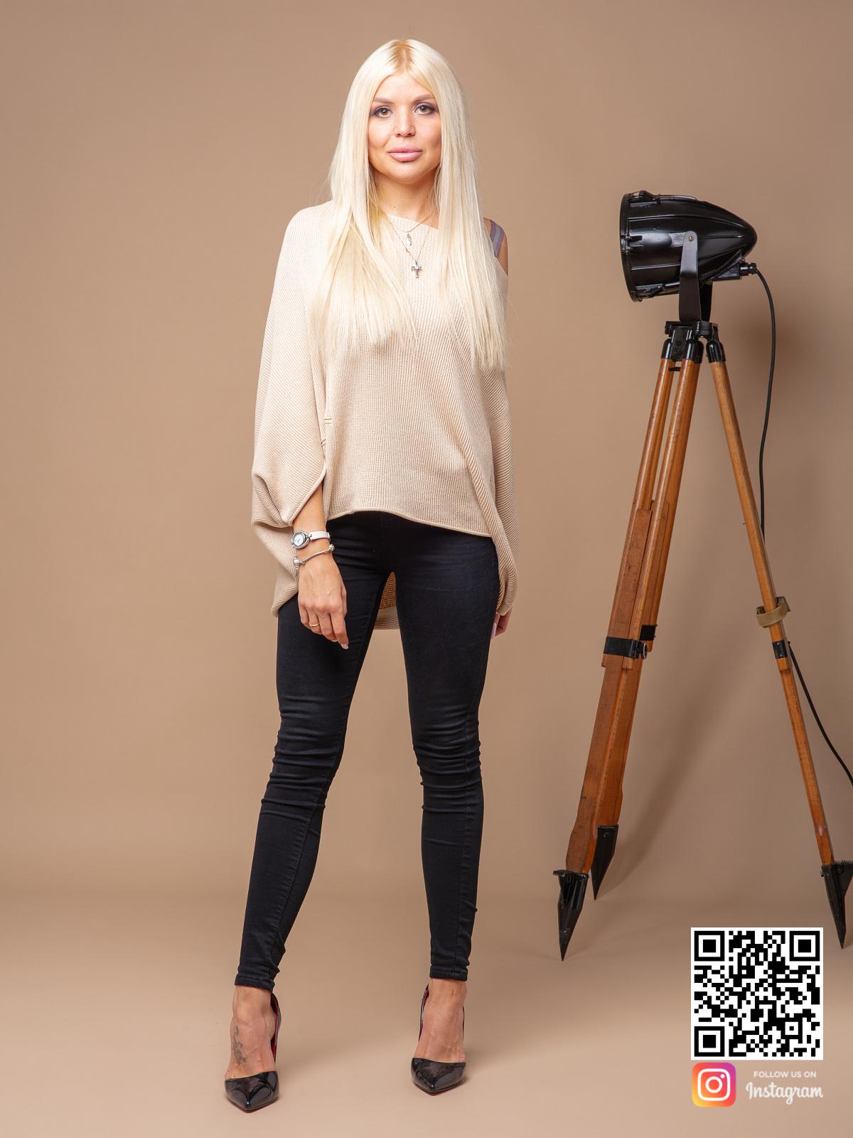 На четвертой фотографии женский широкий свитер на одно плечо от Shapar, бренда вязаной одежды ручной работы в интернет-магазине связанных спицами вещей.