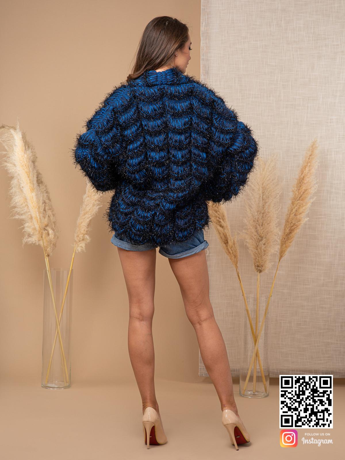 На пятой фотографии синий кардиган для модных девушек от Shapar, бренда вязаной одежды ручной работы в интернет магазине связанных спицами вещей.