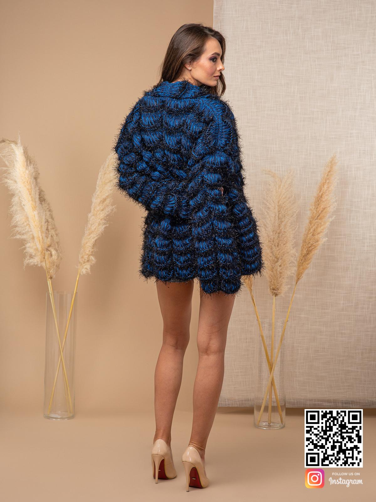 На второй фотографии женский синий кардиган со спины от Shapar, бренда вязаной одежды ручной работы в интернет магазине связанных спицами вещей.
