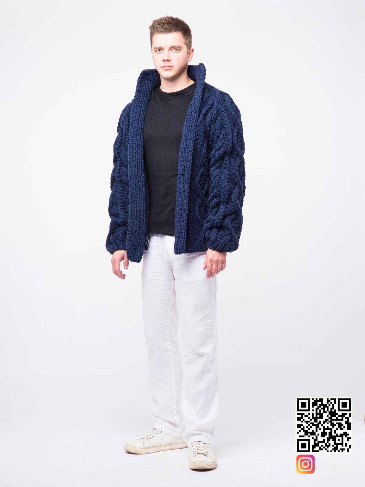 На седьмой фотографии шерстяной синий мужской кардиган от Shapar, бренда вязаной одежды ручной работы в интернет-магазине связанных спицами вещей.