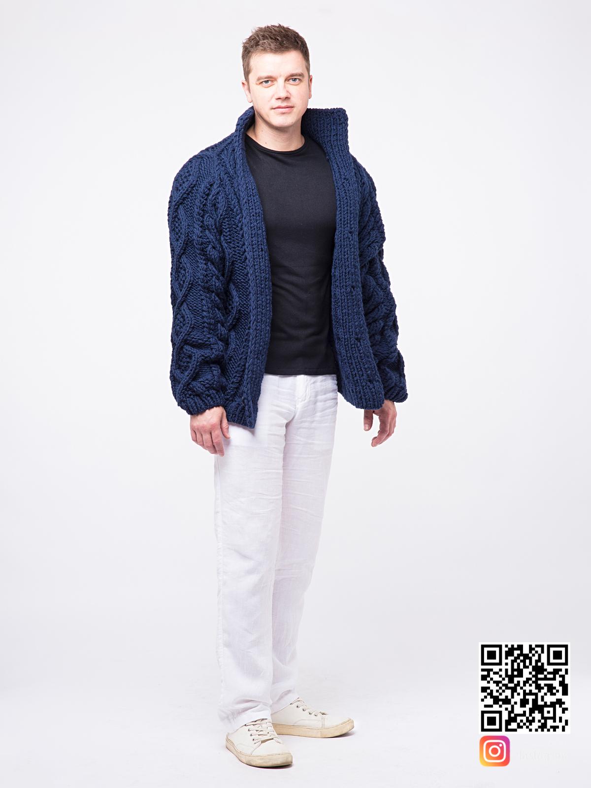 На пятой фотографии модный синий мужской кардиган крупной вязки от Shapar, бренда вязаной одежды ручной работы в интернет-магазине связанных спицами вещей.