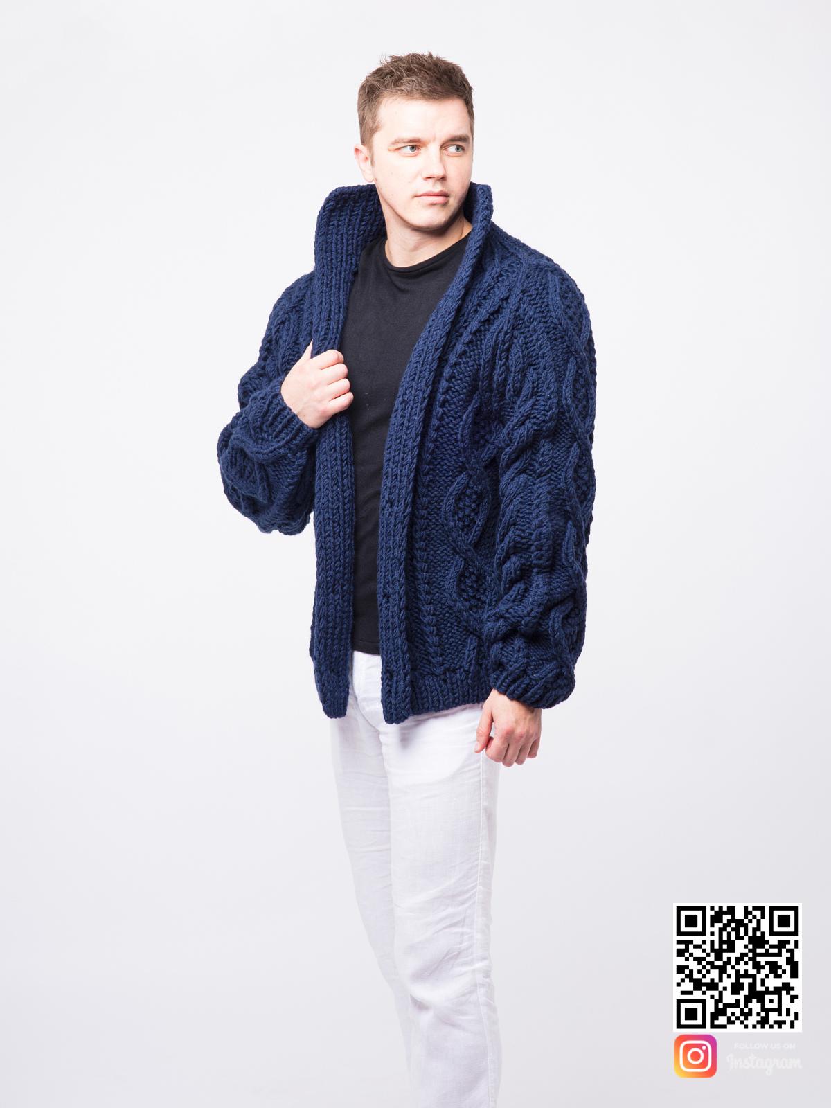 На третьей фотографии синий мужской кардиган с косами от Shapar, бренда вязаной одежды ручной работы в интернет-магазине связанных спицами вещей.