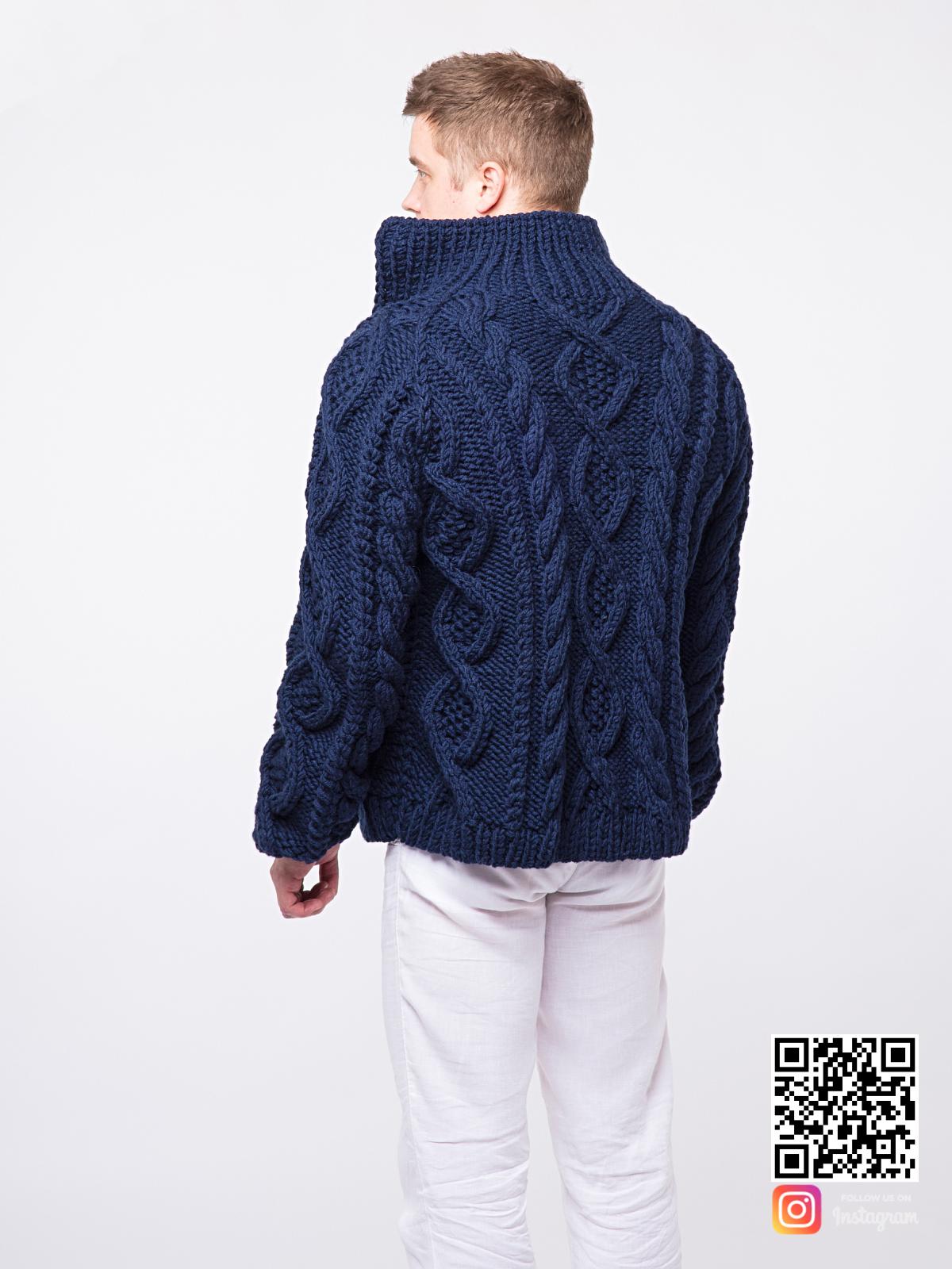 На второй фотографии синий мужской кардиган со спины от Shapar, бренда вязаной одежды ручной работы в интернет-магазине связанных спицами вещей.