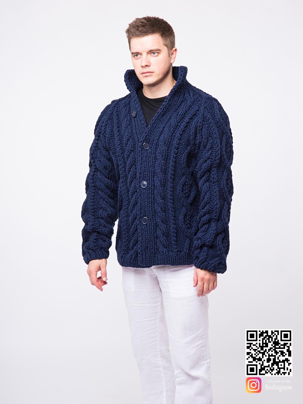 На шестой фотографии теплый синий мужской кардиган от Shapar, бренда вязаной одежды ручной работы в интернет-магазине связанных спицами вещей.