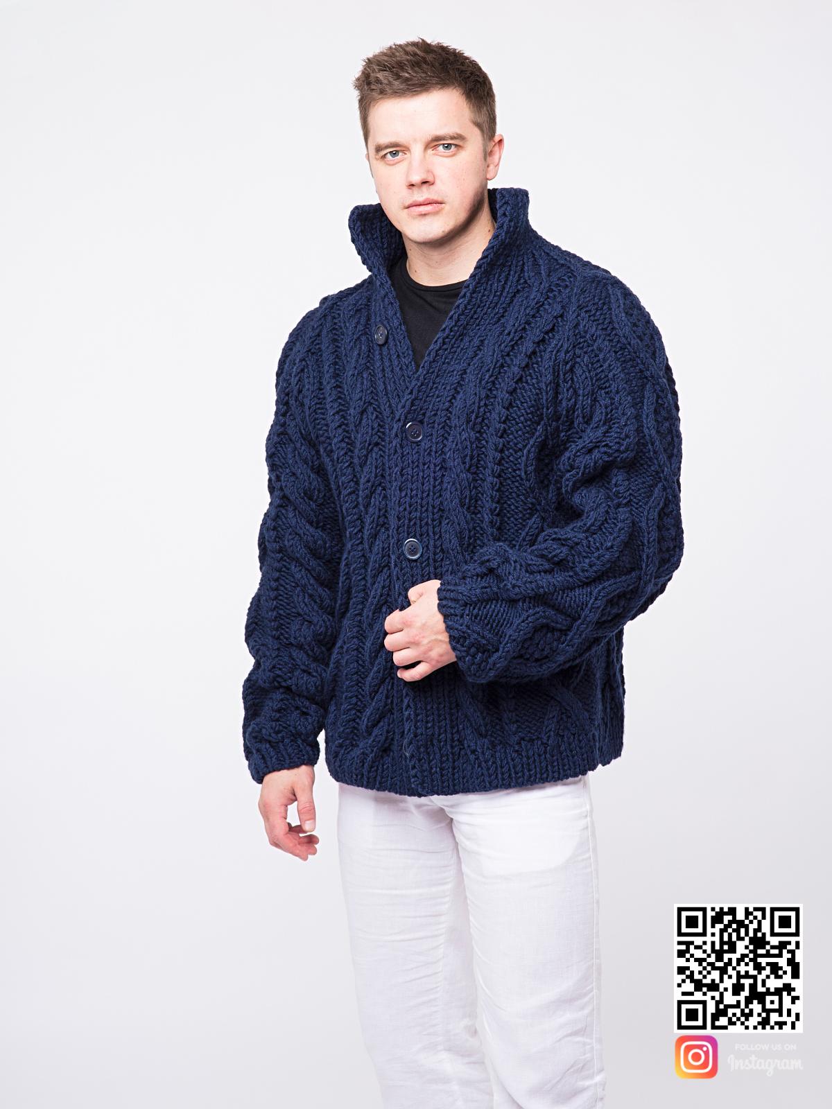 На четвертой фотографии синий мужской кардиган оверсайз на пуговицах от Shapar, бренда вязаной одежды ручной работы в интернет-магазине связанных спицами вещей.