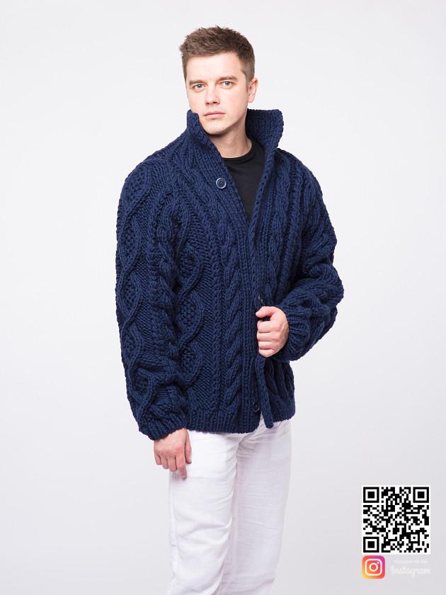 На фотографии синий мужской кардиган от Shapar, бренда вязаной одежды ручной работы в интернет-магазине связанных спицами вещей.