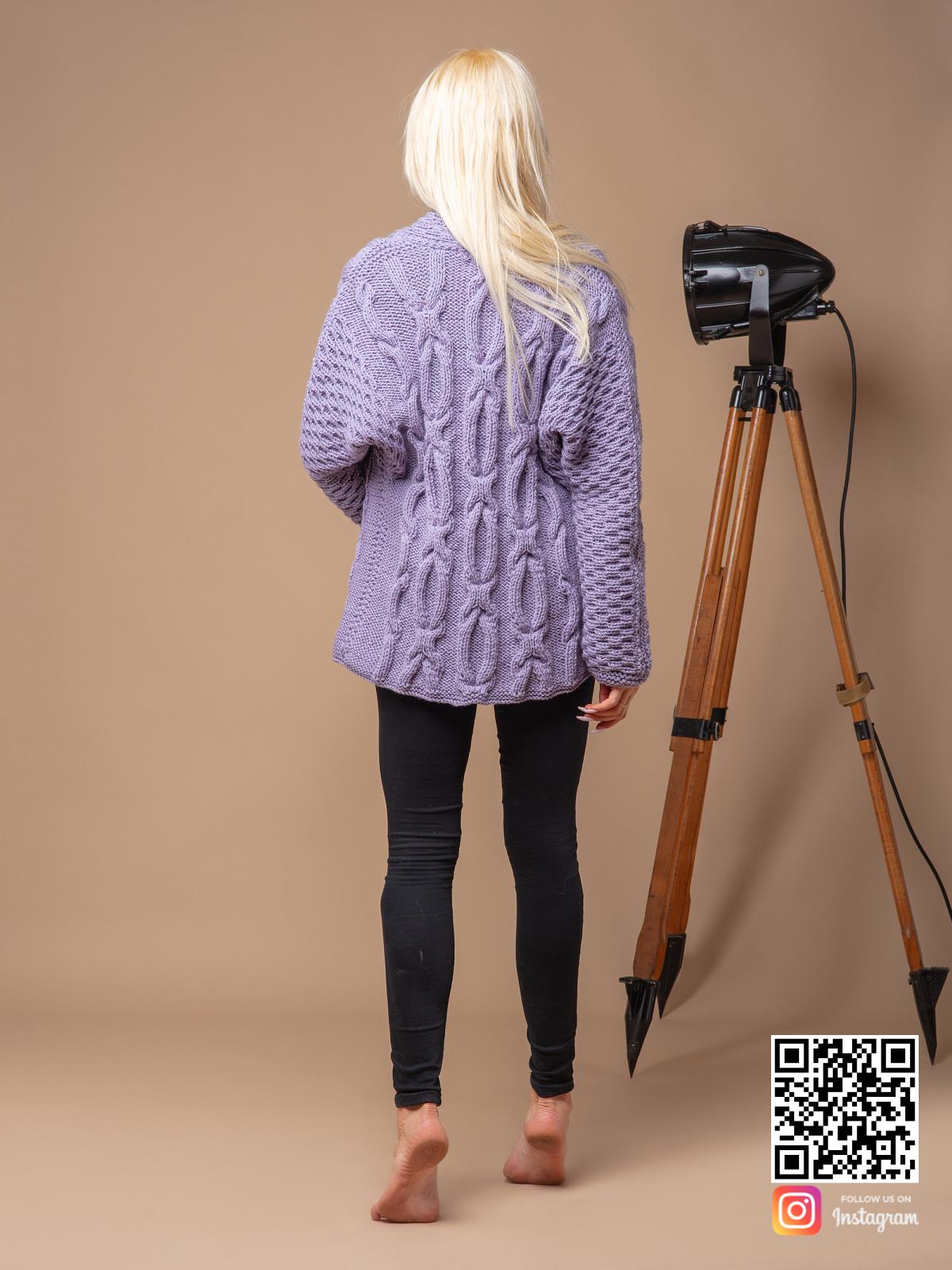 На второй фотографии женский сиреневый кардиган со спины от Shapar, бренда вязаной одежды ручной работы в интернет магазине связанных спицами вещей.