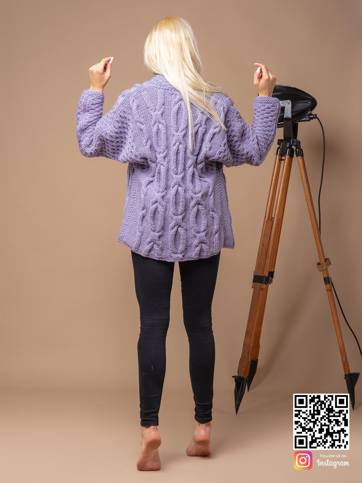 На четвертой фотографии женский сиреневый кардиган с косами от Shapar, бренда вязаной одежды ручной работы в интернет магазине связанных спицами вещей.